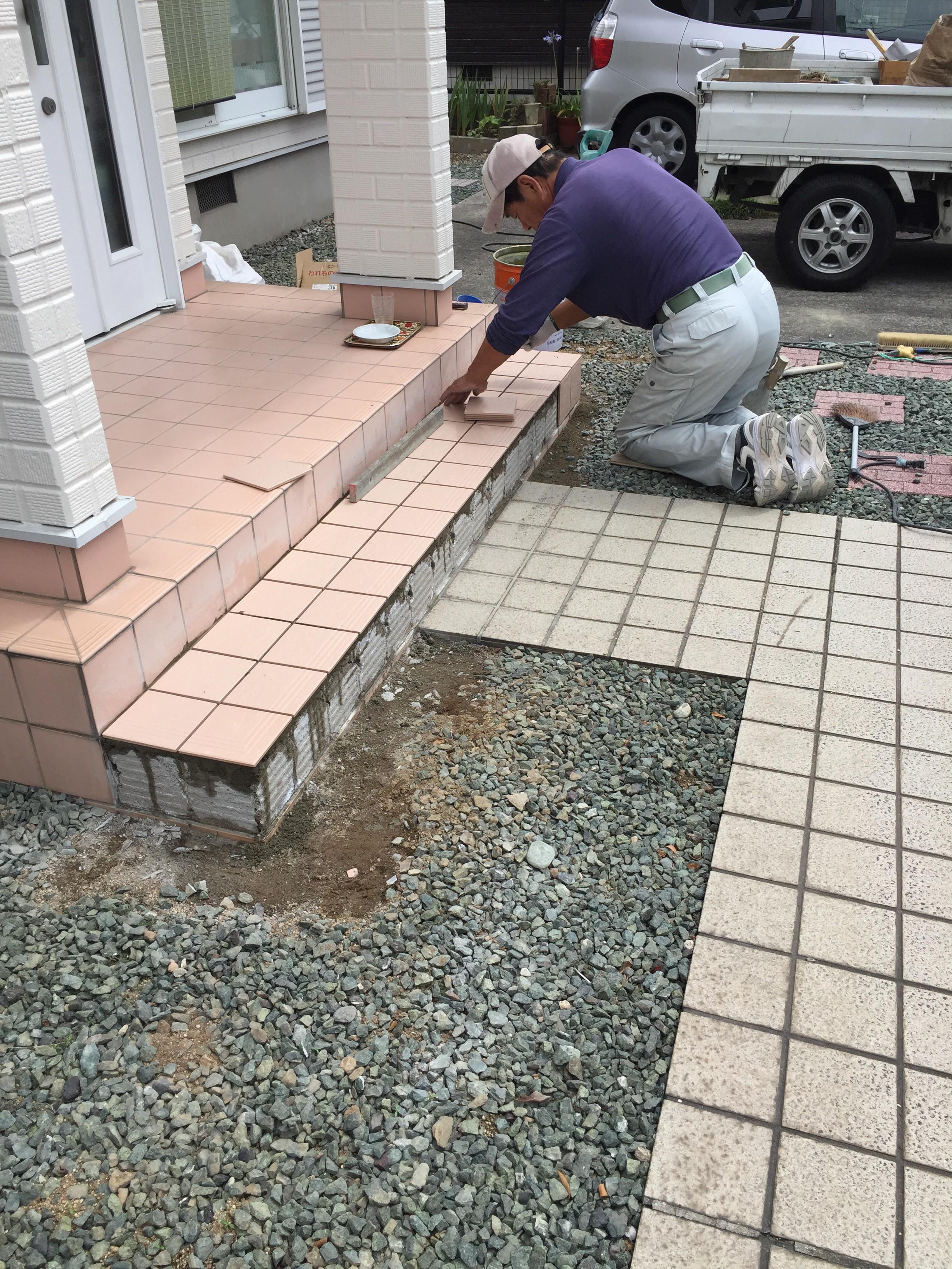 新居浜市 玄関ポーチタイル修理 施工中