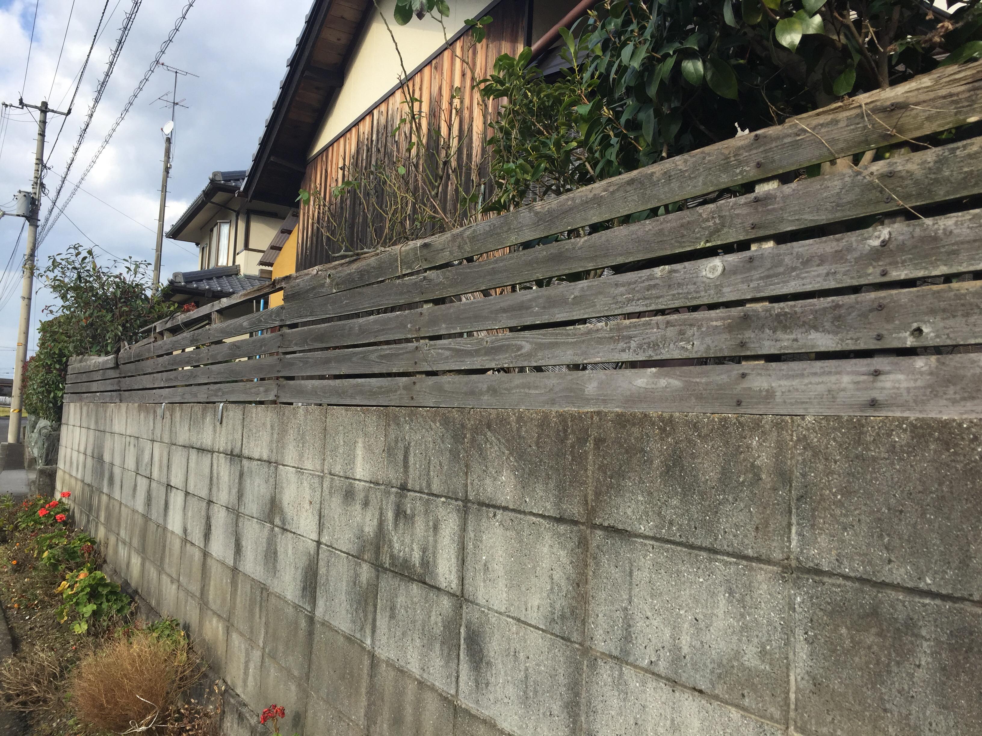 西条市 木製目隠しフェンスリフォーム 施工前2