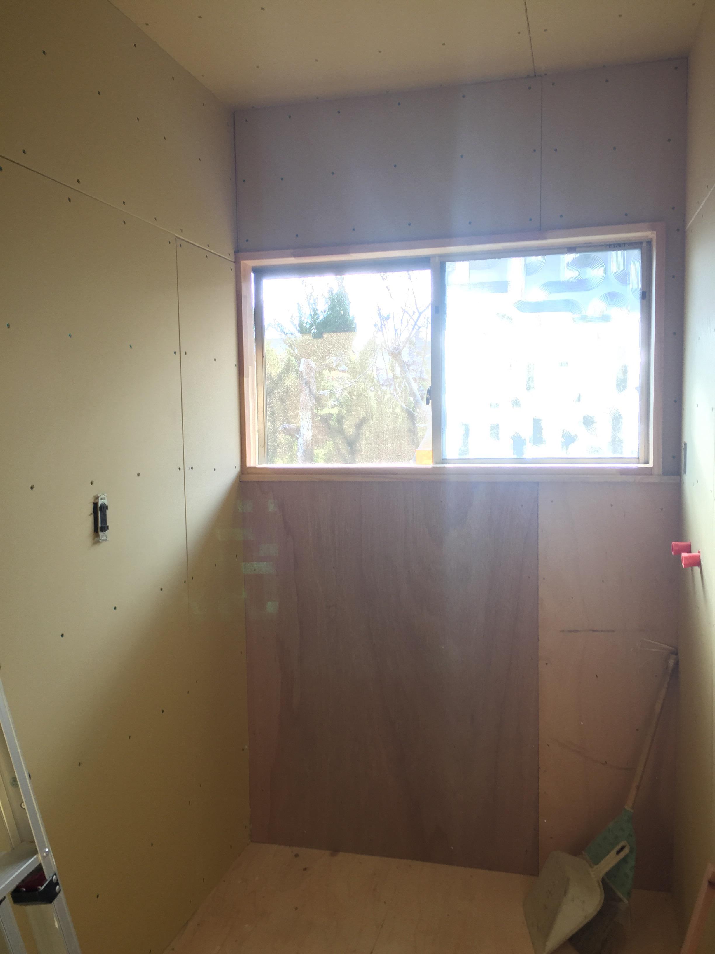西条市 脱衣所リフォーム 施工中 窓