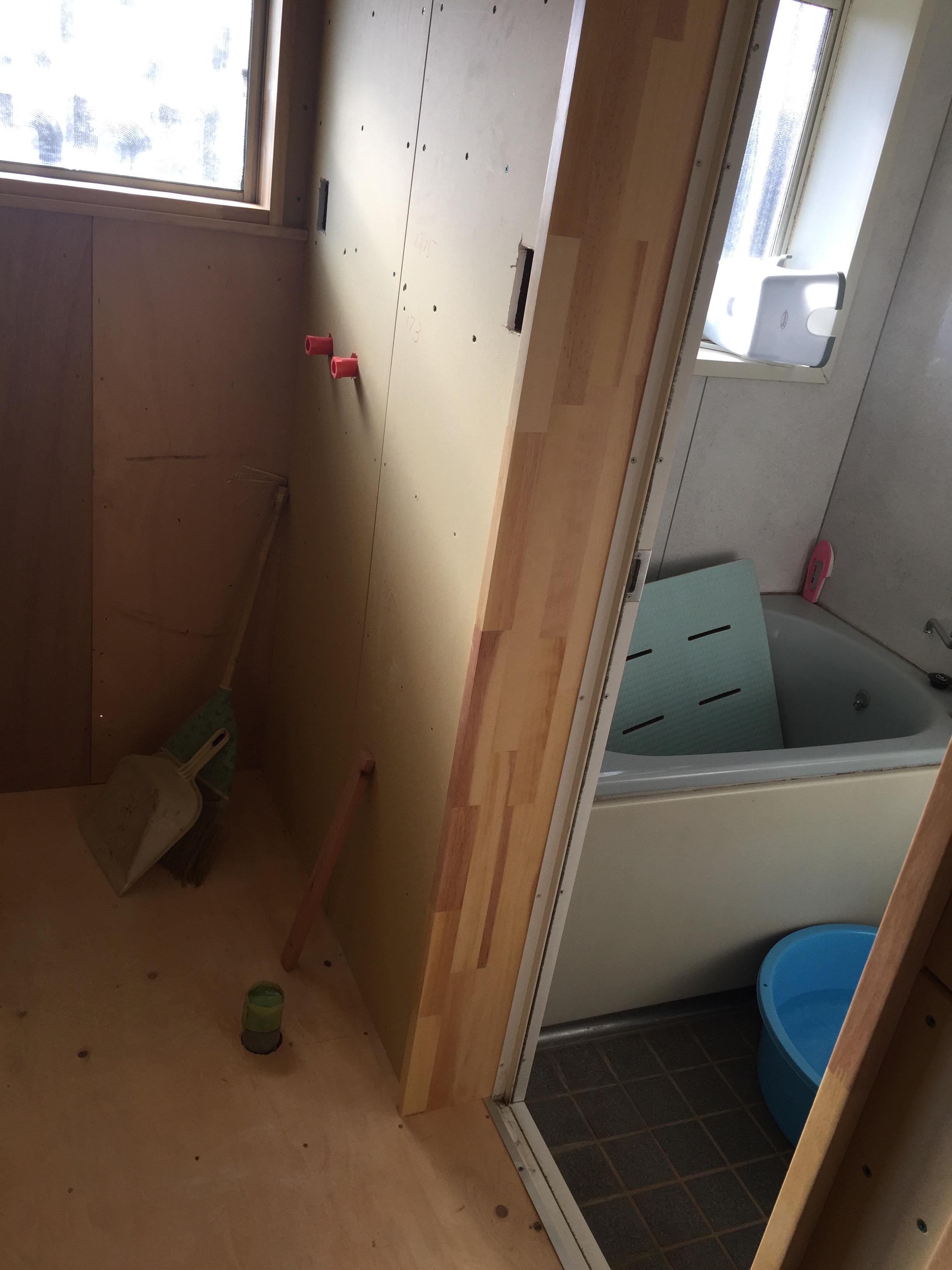 西条市 脱衣所リフォーム 施工中 戸2