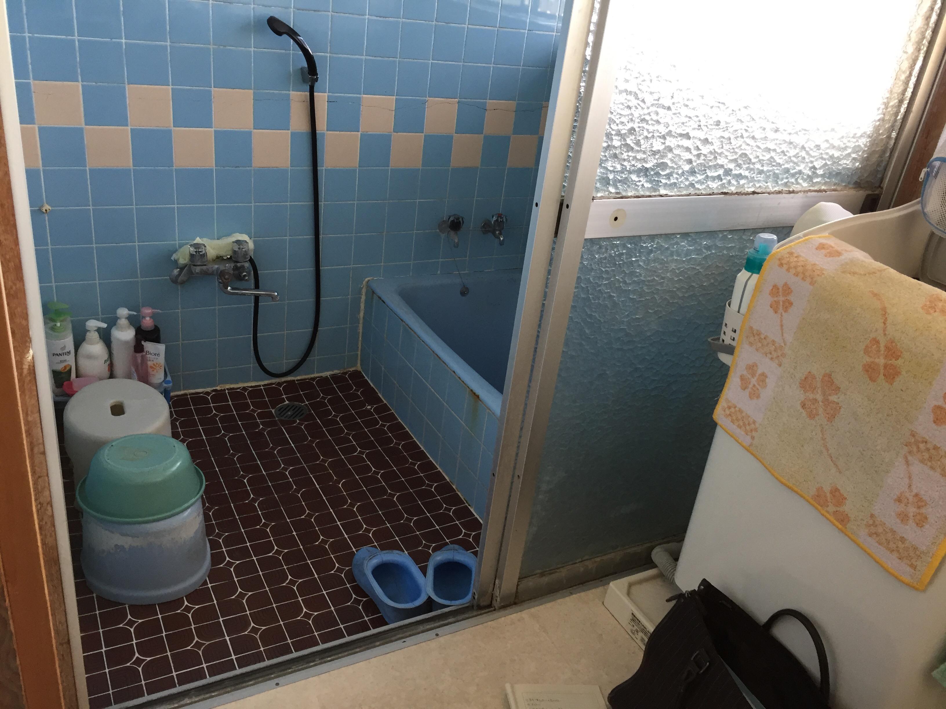 西条市 タイル貼り浴室からユニットバスへリフォーム 施工前入口
