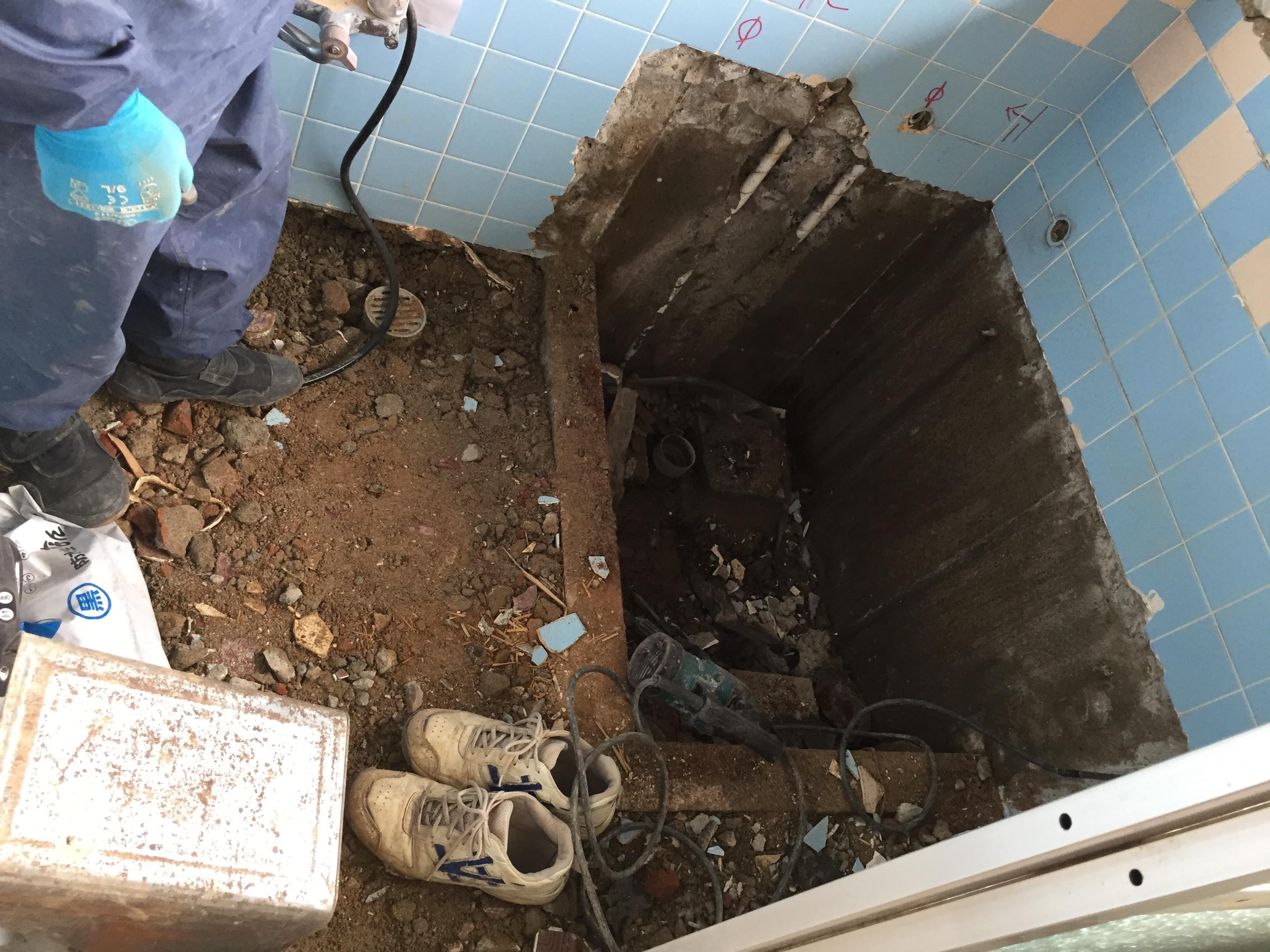 西条市 タイル貼り浴室からユニットバスへリフォーム 施工中