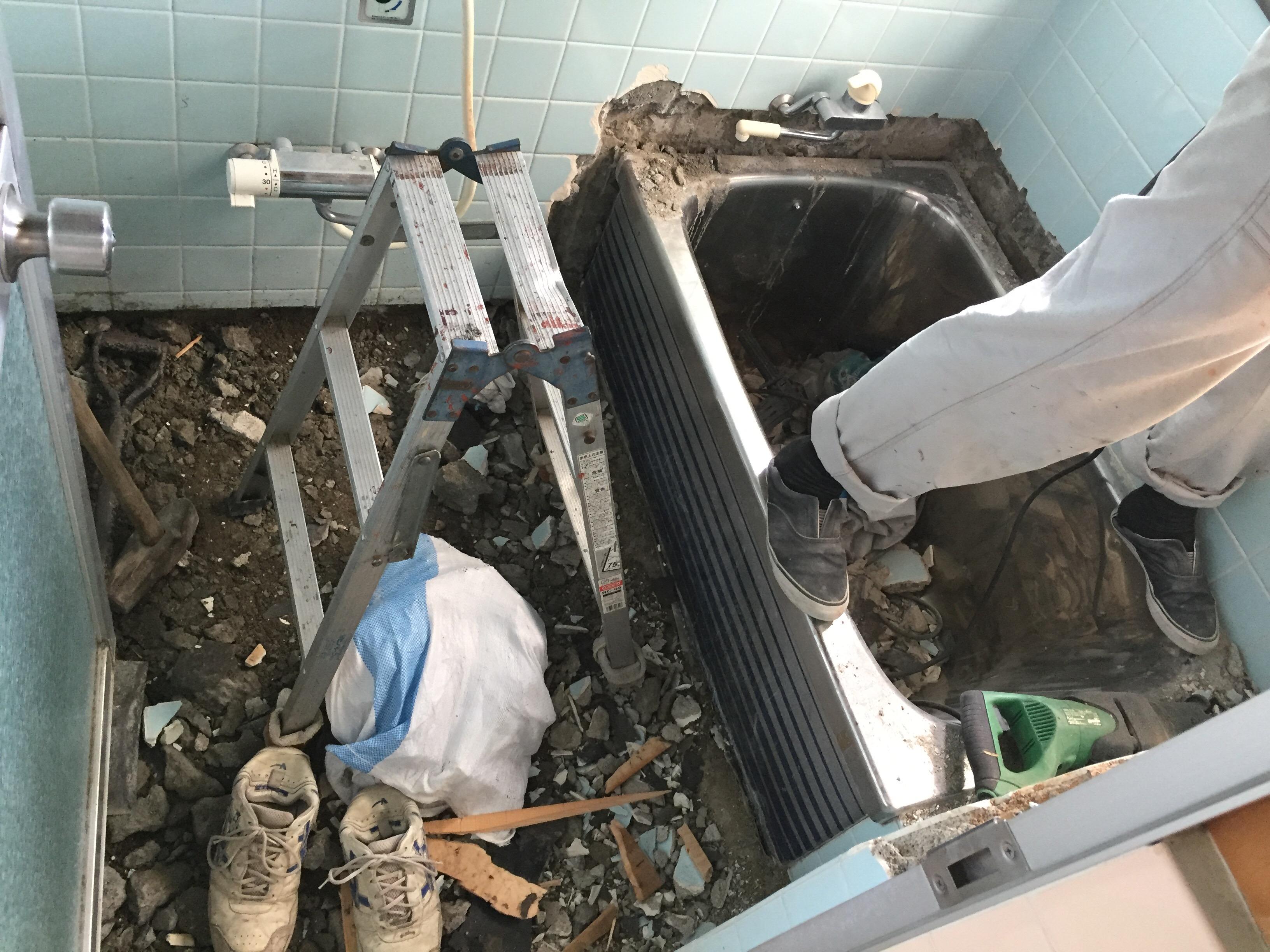 西条市でタイル貼りのお風呂からユニットバスへリフォーム施工中