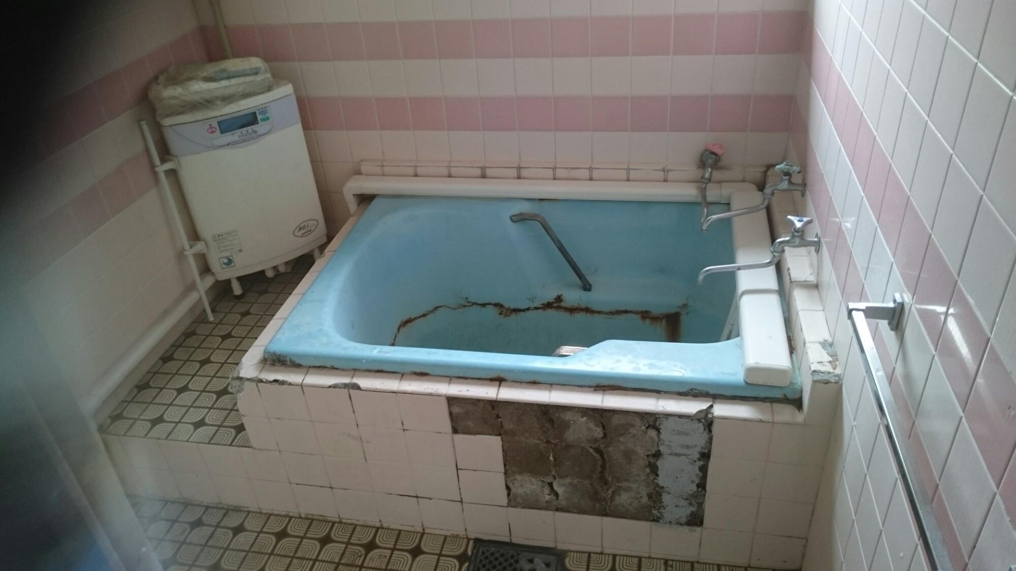 西条市 浴槽入替え タイル補修リフォーム 施工前
