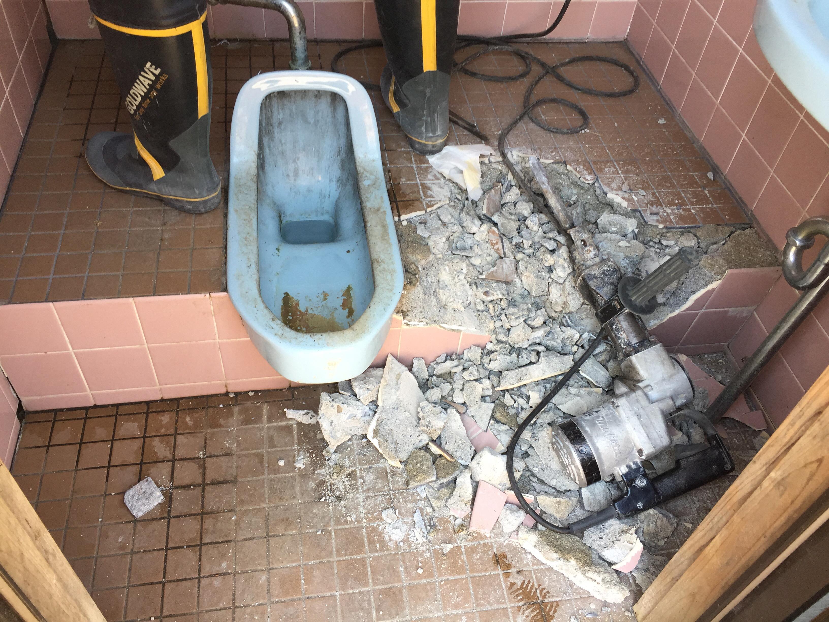 西条市 和式から洋式ウォシュレット付きトイレにリフォーム 解体中