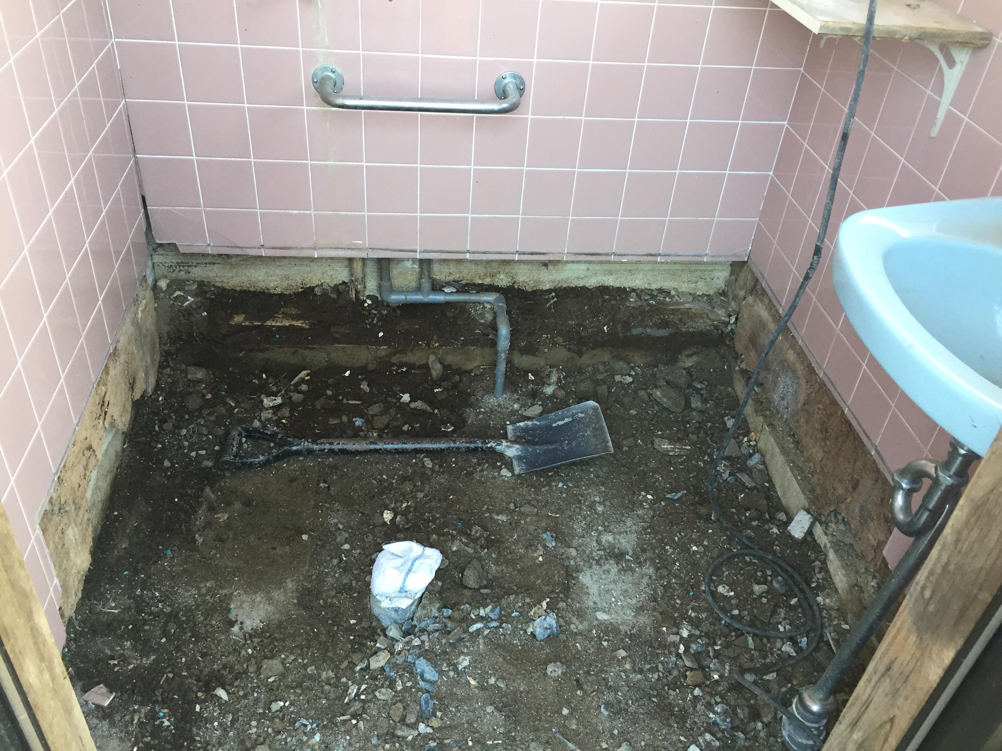 西条市 和式から洋式ウォシュレット付きトイレにリフォーム 解体後